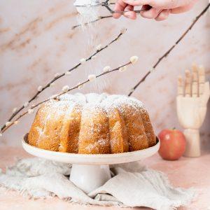 Zweedse sockerkaka met appel en kaneel